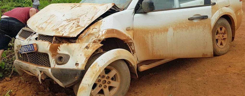 Helden van de Wildernis in Ivoorkust met auto over de kop