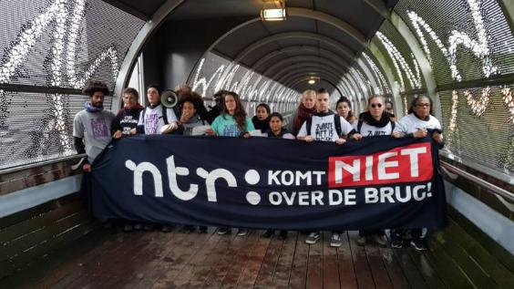 Tegenstanders Zwarte Piet blokkeren loopbrug Media Park