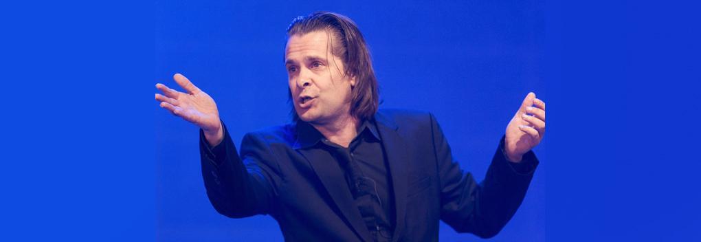 Hans Teeuwen brengt corona-conference bij PowNed