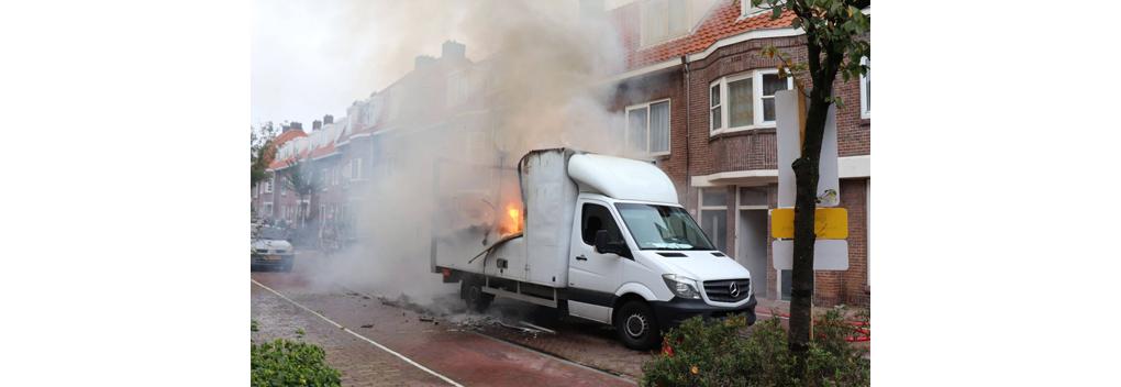 Busje filmploeg Mocro Maffia in brand gestoken en uitgebrand