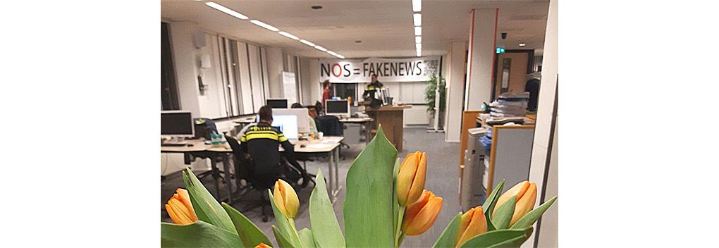 Politie Den Haag maakt excuses voor 'NOS = Fake News'-spandoek