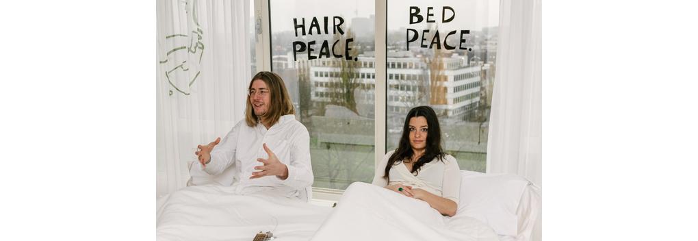 3FM-dj's Frank & Eva demonstreren vanuit bed in het Hiltonhotel