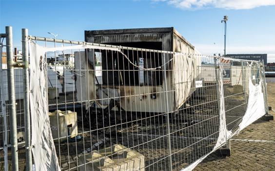 NOS-ploeg belaagd tijdens opnames bij uitgebrande teststraat in Urk