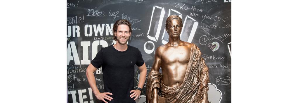 Standbeeld Thomas van der Vlugt (StukTV) onthuld in Beeld en Geluid Den Haag