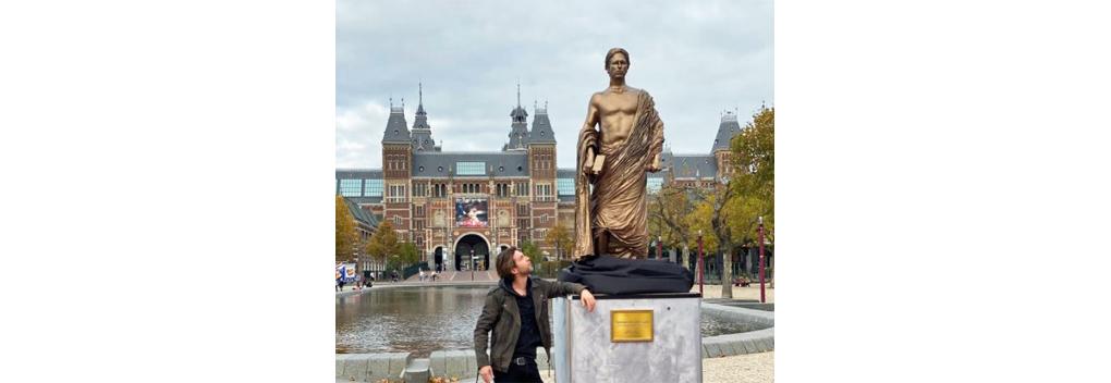 Thomas van der Vlugt (StukTV) krijgt standbeeld in Beeld en Geluid Den Haag